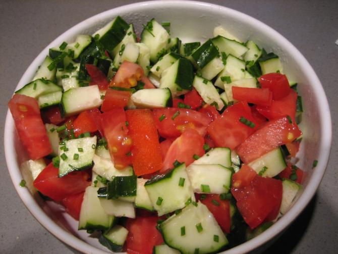 Salată de roşii şi castraveţi, vedeta verii. Oferă-i un gust special cu un ingredient aromat! (sursa foto: Flickr)