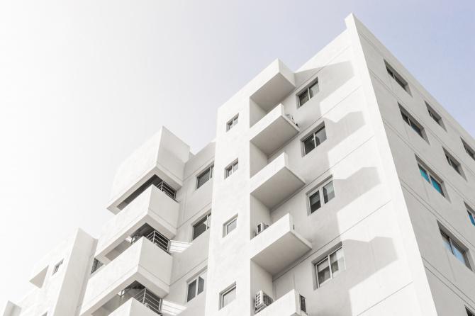 """Spania. Mai multe familii de români ocupă abuziv blocuri cu apartamente scumpe: """"Le-au dat bani să plece și s-au întors"""""""