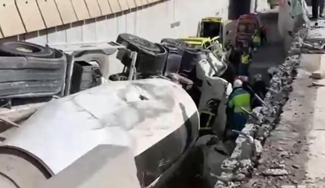 Spania. Mașină, zdrobită de o betonieră care s-a răsturnat. Trei persoane au fost rănite