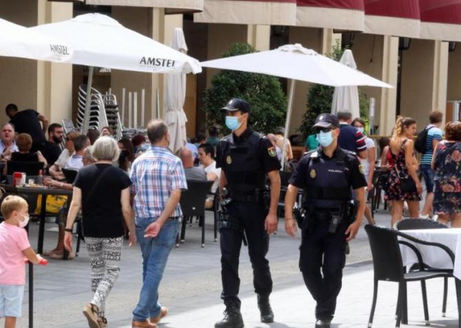 Spania. Metoda Îmbrățișarea  face noi victime. Tânără româncă, reținută după ce a jefuit un turist
