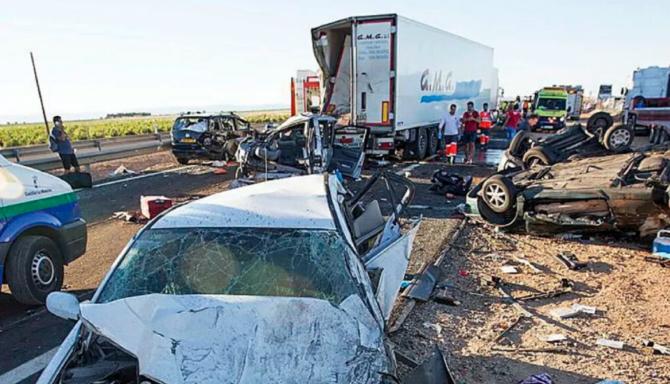 Spania. Un șofer ROMÂN de TIR ar fi provocat un GROAZNIC ACCIDENT. Doi MORȚI și 33 de RĂNIȚI. FOTO: captură latribunadeciudadreal.es