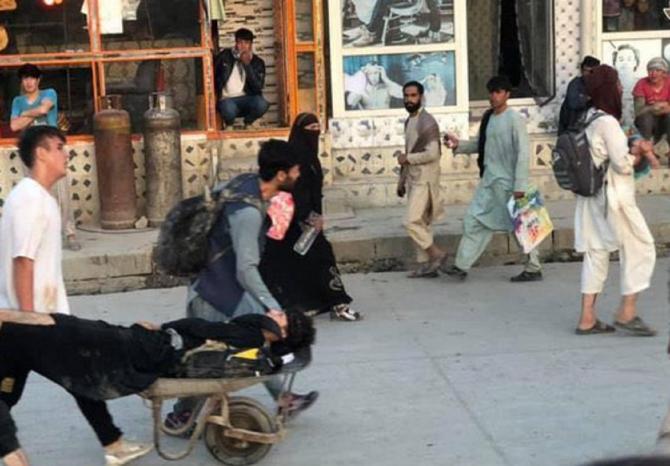 """Talibanii """"condamnă ferm"""" atentatele sângeroase de lângă aeroportul din Kabul. FOTO: captură Twitter @sudhirchaudhary"""