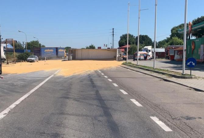 Tir încărcat cu cereale s-a răsturnat în zona popasului Merei. Sursa - reporterbuzoian.ro