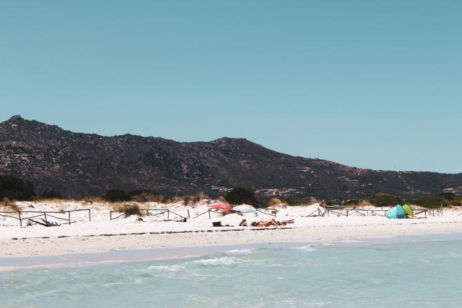 Tone de nisip furate de pe plajele din Sardinia. Amenzile se ridică până la 3000 de euro sau închisoare