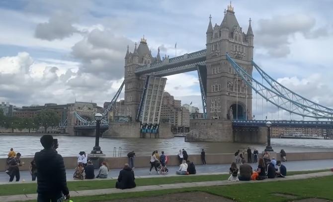 Tower Bridge din Londra a rămas blocat şi a provocat un blocaj uriaş în trafic
