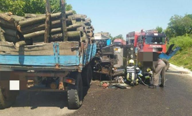 Tractor, rupt în două de un TIR. Șoferul a murit pe loc Sursa - politia.md