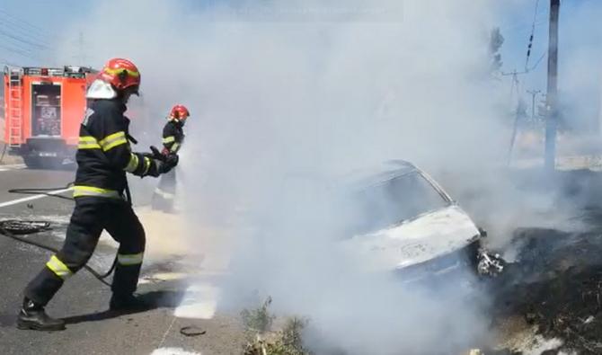 Un autoturism a luat foc în urma unui accident. Circulaţia pe DN 7, blocată