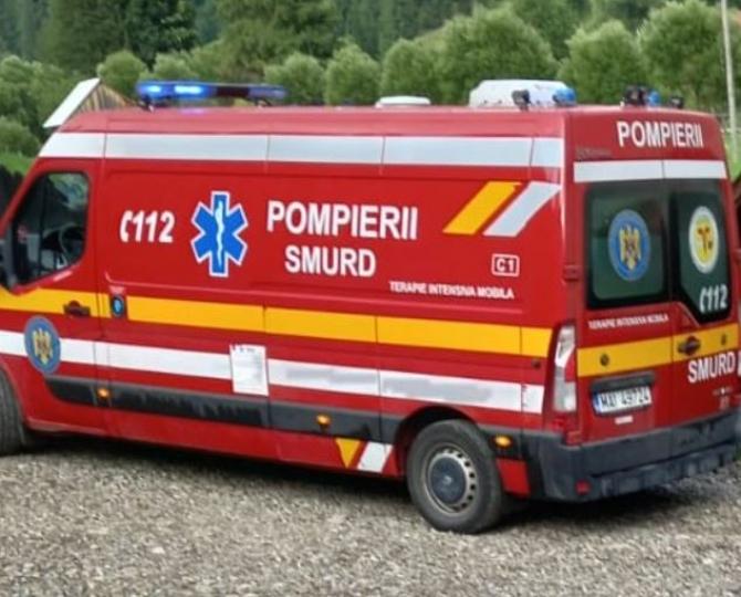 Un mort și patru răniți, într-un accident rutier grav. Mașina în care se aflau s-a răsturnat, în Suceava