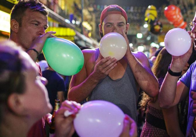 Un nou drog în vogă pe litoral. Tinerii inhalează din baloane gazul anestezic Funny gas