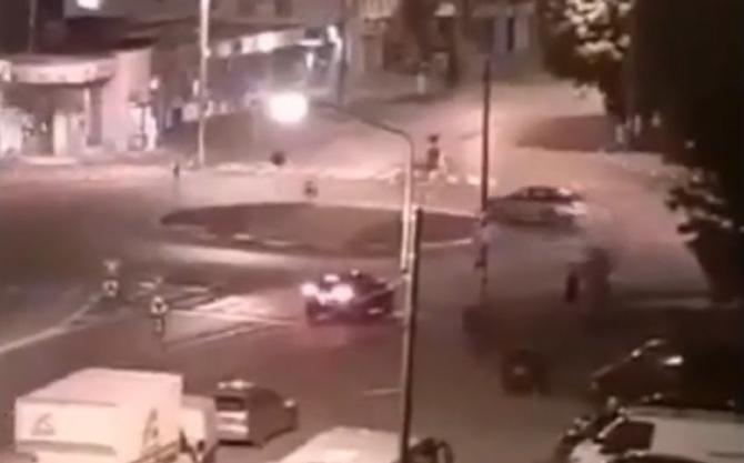 """Un şofer român s-a crezut """"regele şoselelor"""". S-a învârtit într-un sens giratoriu până a venit Poliţia să-l scoată - VIDEO"""