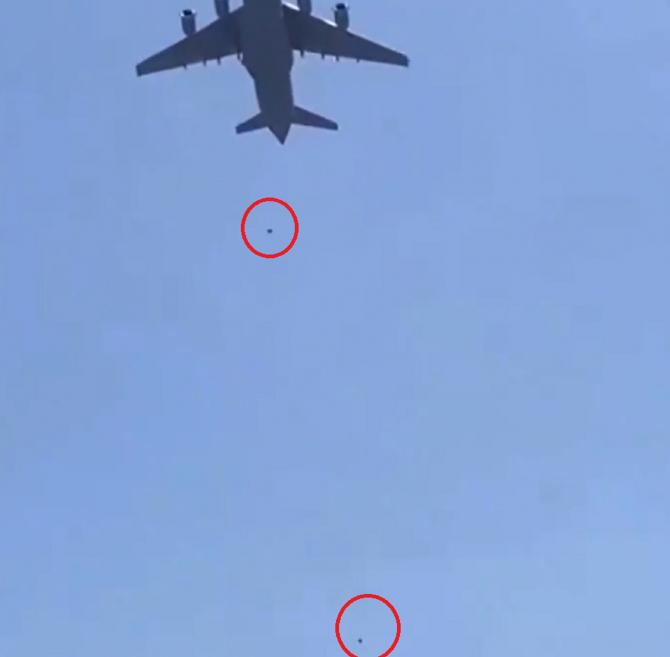 VIDEO șocant. Momentul în care două persoane au căzut dintr-un avion militar, în încercarea de părăsi Afganistanul