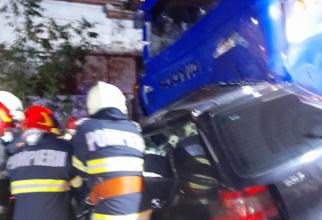 Accident teribil în Caraș-Severin. Patru morți după ce o mașină s-a izbit de un TIR