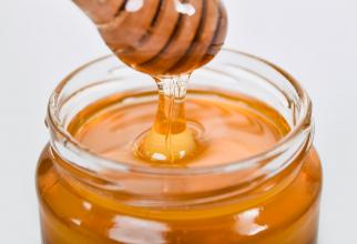 Consumă zilnic o linguriță de miere pe stomacul gol