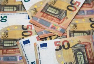 Euro urcă la un nou maxim istoric faţă de leu