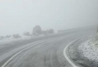 Prima zăpadă din acest sezon pe Transfăgărășan. Șoferii, atenționați să circule cu atenție