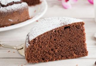 Tort de ciocolată cu iaurt. Un desert pufos și gustos