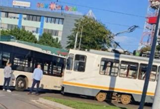 Un tramvai a lovit un autobuz STB. Circulația tramvaielor este blocată în București