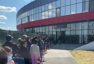 Zeci de români care s-au întors din Londra, blocați ore în șir pe un aeroport din România