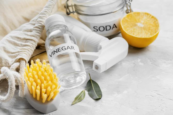 Amestecă 10 linguri de bicarbonat de sodiu cu 4 de apă și 3 de oțet. Trucul genial care te va scăpa de murdăria severă