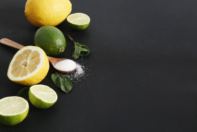 Amestecați o lingură de zahăr cu sucul unei lămâi. Un efect fantastic în câteva minute