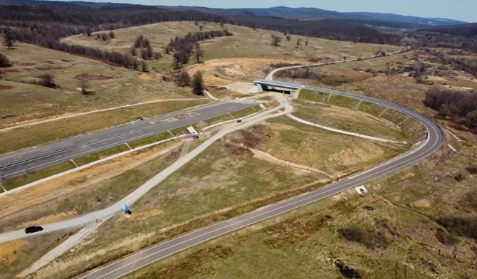 2. Sursa foto... (autostrada-lucrari-blocate.jpg)