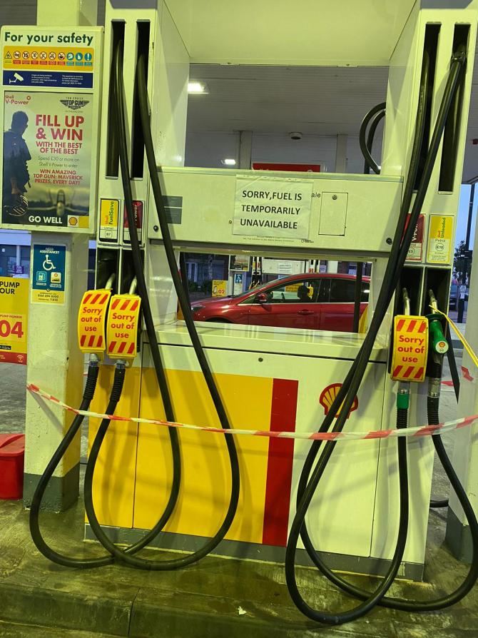 2. -imagine fara descriere- (benzinarie-marea-britanie.jpeg)