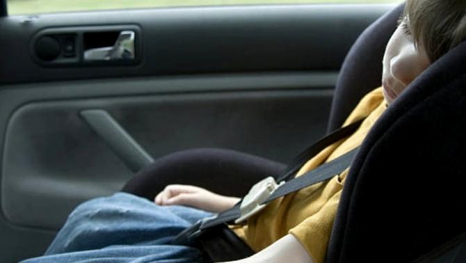 Un copil din Vrancea a fost uitat în mașină