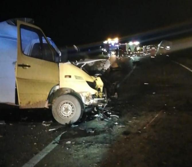 Doi morţi şi trei răniţi, într-un grav accident rutier. Coliziune frontală între două dube de transport la Văleni