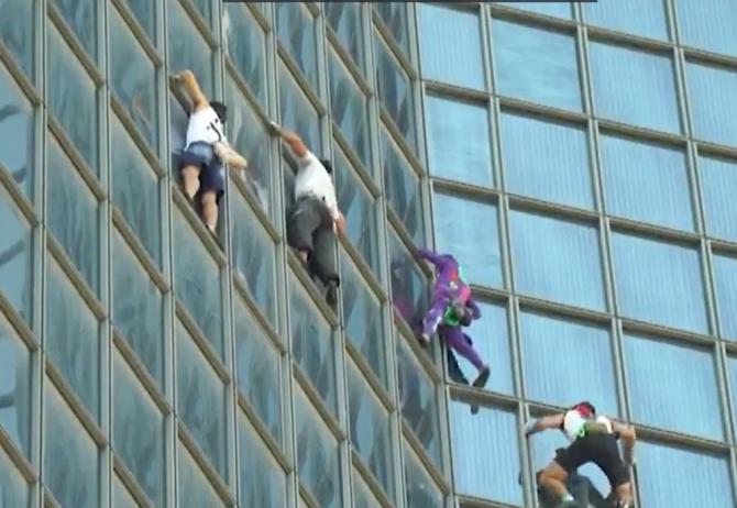 Franța. Patru bărbați au escaladat, fără echipamente, un turn din Paris, ca protest față de certificatul COVID