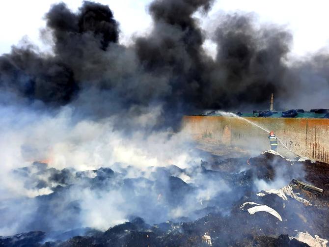 Incendiu puternic în Giurgiu. Aerul a devenit irespirabil