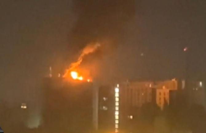 Incendiu puternic în Bucureşti. Un bloc de 12 etaje a luat foc. Coloanele de fum și flăcările se văd la zeci de kilometri