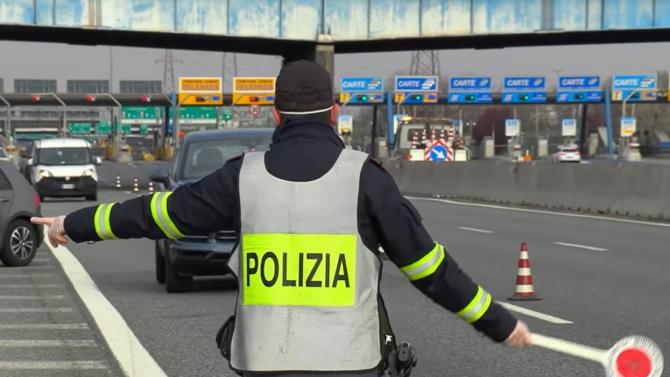 Italia. Microbuz cu români, blocat de polițiști. Ce au găsit în interior
