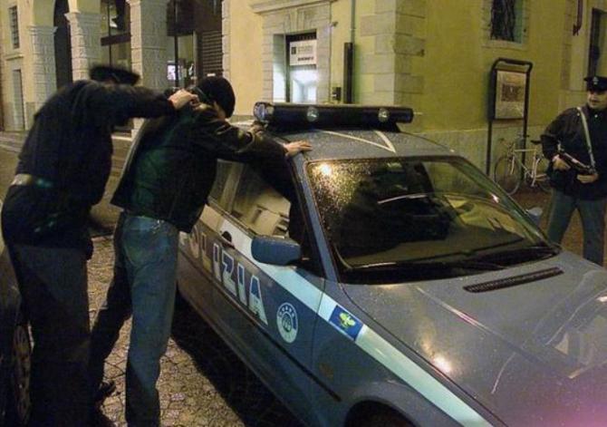 Italia. Un român l-a rănit pe managerul unui bar cu o sticlă, apoi a jefuit o mașină parcata