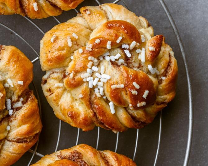 Kanelbullar, chifle suedeze de scorțișoară, moi, aromate și pufoase. Vor deveni desertul preferat!