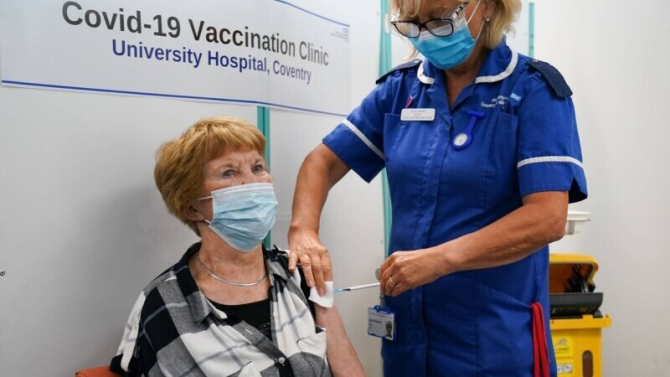 Prima persoană don lume vaccinată anti Covid a primit a treia doză. (foto BBC)