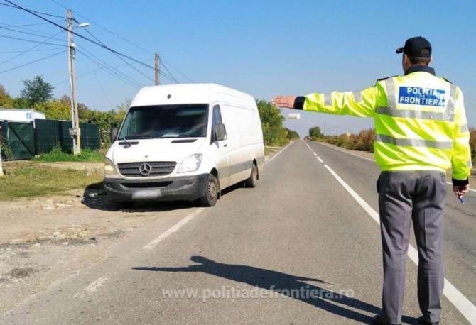 Microbuz, verificat la intrarea în România. Polițiștii au găsit o comoară în bagajele șoferului