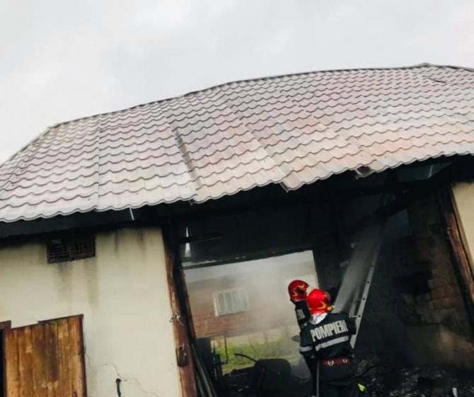 O familie din Maramureș a rămas pe drumuri, după ce casa le-a fost distrusă de un incendiu