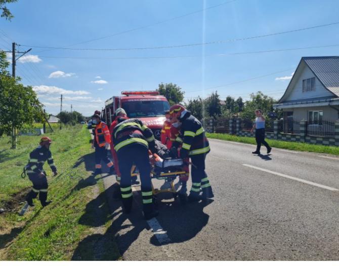O şoferiţă de 74 ani a intrat cu mașina într-un cap de pod în județul Neamț. Două victime, preluate de medici