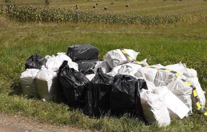 Saci, burdușiți cu marfă de contrabandă, abandonați lângă o pădure din Arad. Sursa - Politia Romana