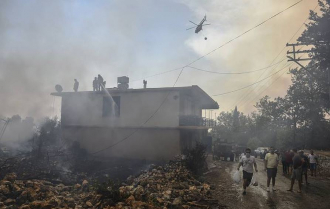Un pompier a murit în incendiile de pădure. Peste 1.000 de persoane au fost evacuate