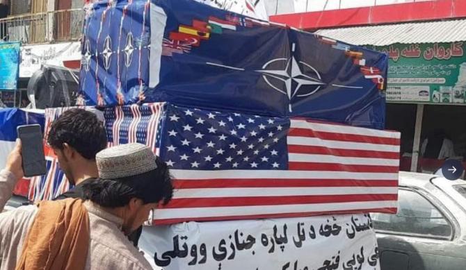 Talibanii au organizat o înmormântare pentru forțele americane și NATO. FOTO: captură Twitter @BBCSalman