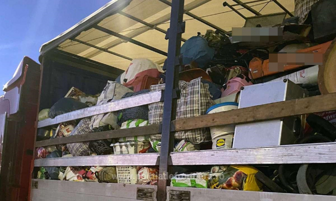 TIR încărcat cu 15 tone de deşeuri textile aduse din Germania, oprit la intrarea în România
