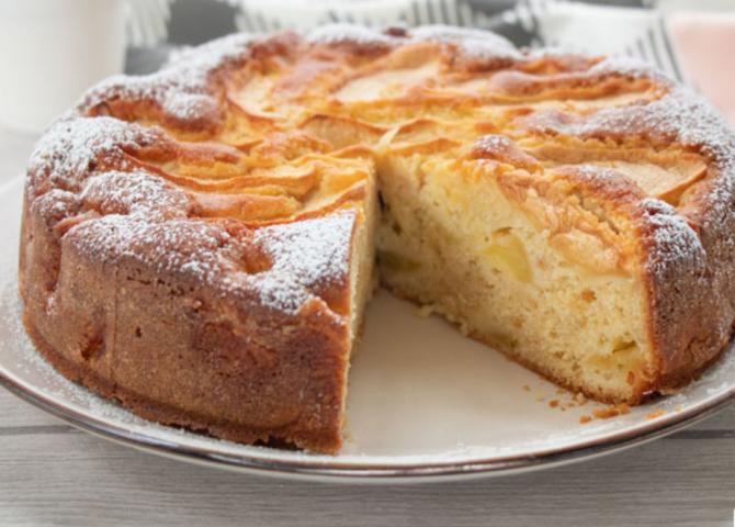 Tort de mere cu iaurt. Rețeta rapidă