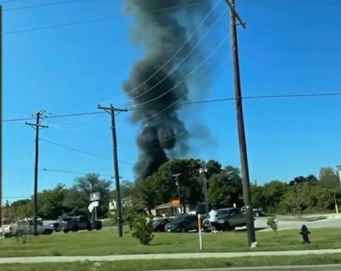 Un avion militar s-a prăbuşit în curtea unei case din Texas. Piloţii au fost spitalizaţi .