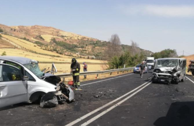 Un mort și doi răniți într-un grav accident rutier pe DN2. Circulația rutieră a fost întrerupta