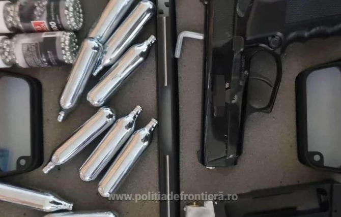 Un pistol cu aer comprimat și 500 de proiectile metalice, găsite în bagajele unui român în vama Giurgiu