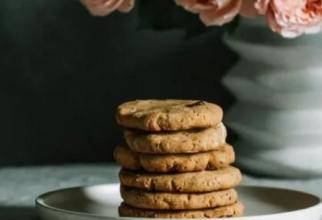 Biscuiți din patru ingrediente. Dulci și nutritivi, gata în 20 de minute