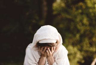 Patru tineri români au violat o fetiță într-o casă părăsită. Au filmat tot și au publicat imaginile online