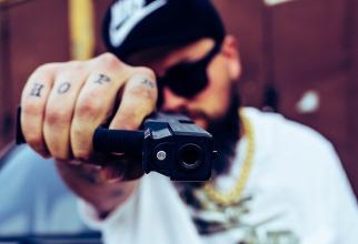 Un român a jefuit un magazin cu un pistol-jucărie