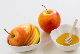 Răzuiți un măr, adăugați o lingură de miere și lăsați amestecul să acționeze 15 minute. Un truc magnific!